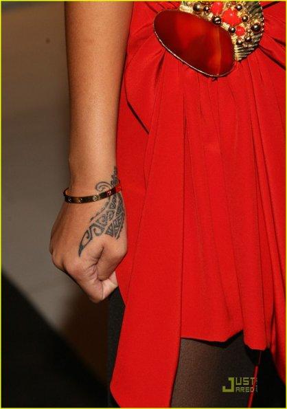 Rihanna tribal tetování